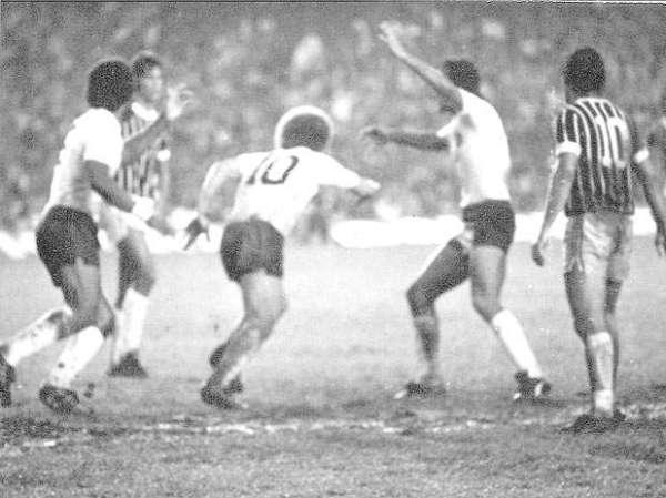 ... E comemora o gol de empate do Timão.