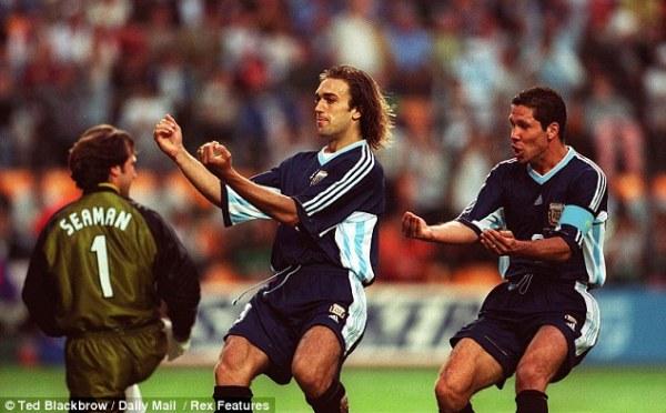 Batistuta e Simeone celebram o primeiro gol argentino.