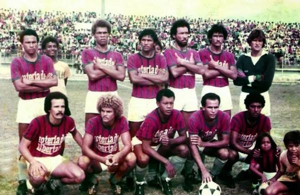 Valderrama (segundo agachado) no Unión Magdalena de 1982.