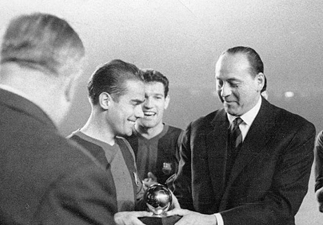 Suárez recebe a Bola de Ouro: primeiro - e único - espanhol a conquistar tal prêmio.
