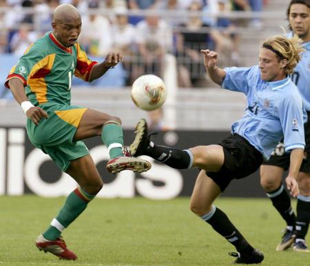 Diouf e Forlán, no duelo entre Senegal e Uruguai.