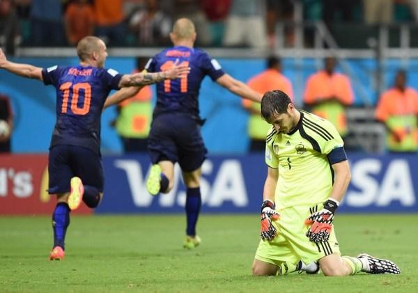 Casillas (à dir.) lamenta: era o fim da hegemonia.