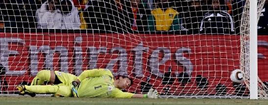 Muslera tentou, mas a bola chutada por Muntari entrou mesmo no gol.