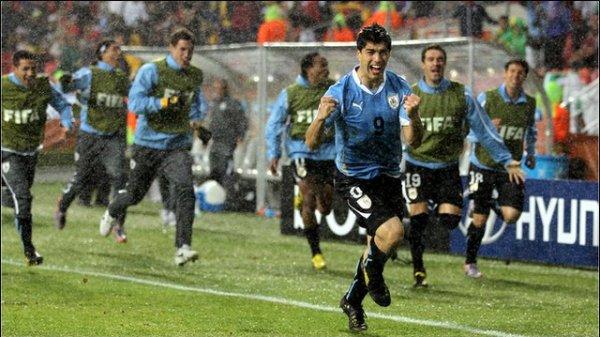 Suárez e seu gol na chuva: vitória e classificação contra a Coreia.