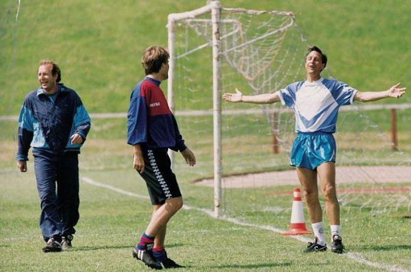 Laudrup (ao centro) e Cruyff (à dir.): dupla foi crucial para o sucesso do Barcelona no começo dos anos 90, mas sucumbiram juntos em 1994.