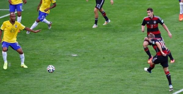 Kroos chuta para marcar um de seus dois gols: jogador foi o melhor em campo.