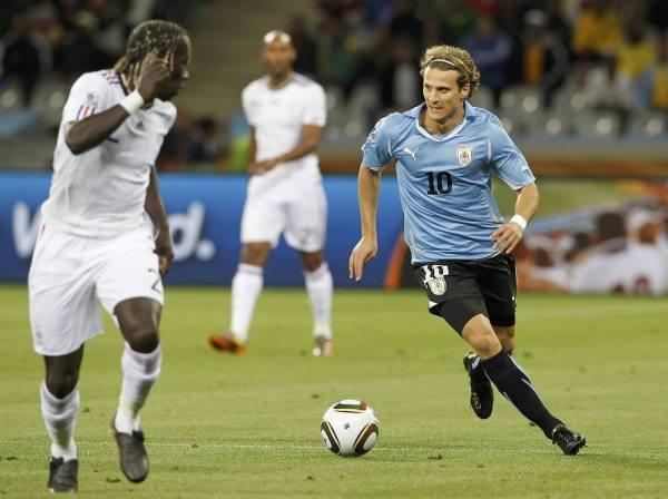 Diego-Forlan-WM-2010-Uruguay-France-diego-forlan-15465981-1000-748