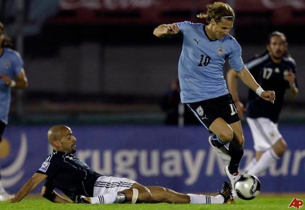 Forlán passa por Verón (no chão): atacante seria a principal arma ofensiva do Uruguai em 2010.