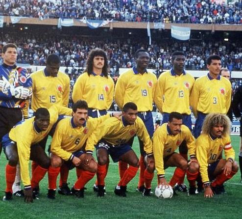 A Colômbia da partida histórica - Em pé: Córdoba, Perea, Álvarez, Rincón, Valencia e Mendoza. Agachados: Asprilla, Goméz, Pérez, Herrera e Valderrama.