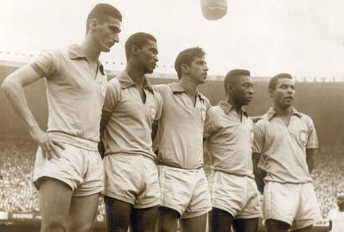 Julinho (de cara fechada), Didi, Henrique, Pelé e Canhoteiro: a linha de frente do Brasil no duelo histórico contra a Inglaterra.