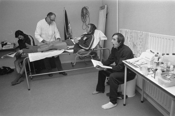 Momento de tranquilidade na seleção em novembro de 1972: Wim Suurbier, um médico da Holanda na época, Pierre van den Akker, Neeskens e Cruyff.