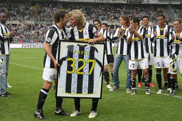 No adeus, Nedved ganhou uma camisa com o número de jogos que disputou pela Juventus: 327.