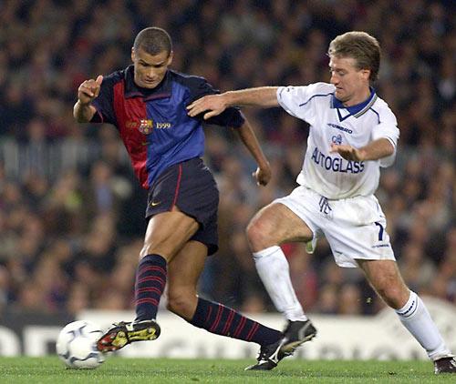 ... Mas o Barça de Rivaldo (à esq.) venceu a volta sobre o Chelsea de Deschamps.