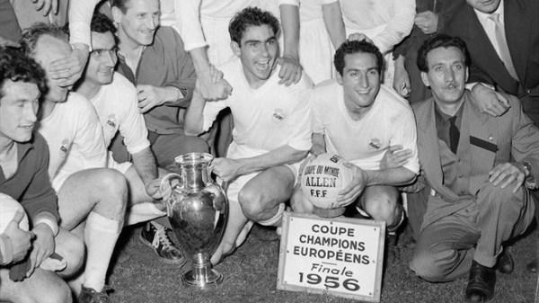 Gento (segurando a bola) celebra a primeira de suas seis Ligas dos Campeões.