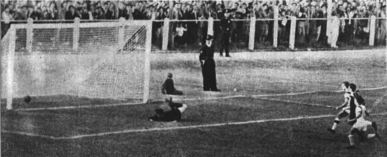 Contra o Peñarol, Ademir deu show e se vingou dos uruguaios.