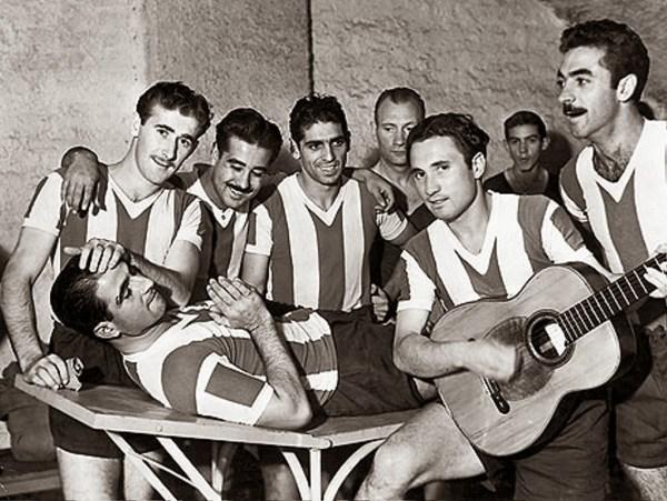 Juan Carlos Muñoz toca violão enquanto José Salomón pede clemência. Junto com eles, René Pontoni, Norberto Méndez, Rinaldo Martino e Rodolfo De Zorzi.