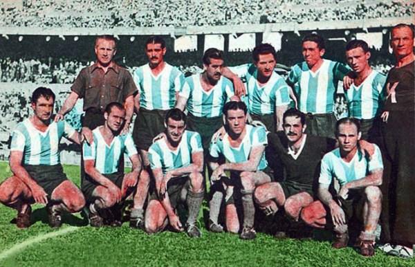 Uma das formações do time de 1946 - Em pé: Stábile (técnico), De la Mata, Méndez, Pedernera, Labruna e Loustau. Agachados: Salomón, Sobrero, Fonda, Strembel, Vacca e Pescia.