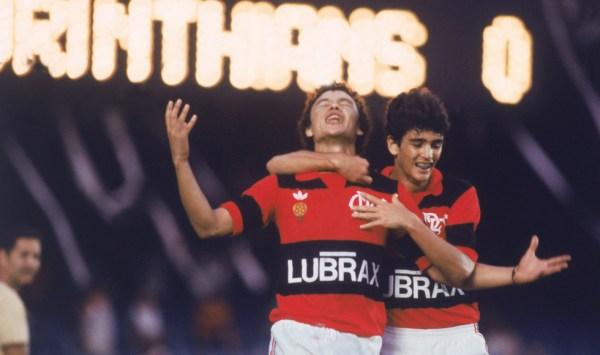 Bebeto (à dir.) celebra com e Élder um gol em 1984.