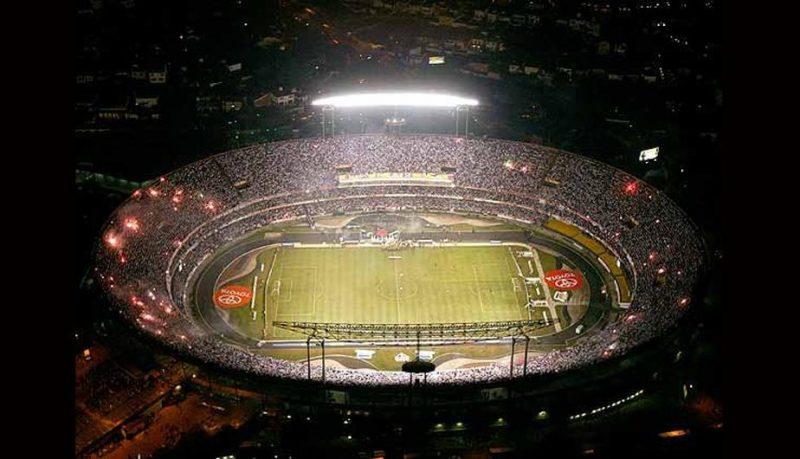 O Morumbi na final da Libertadores de 2005  mais de 72 mil pessoas. 34a0ae9f94d56