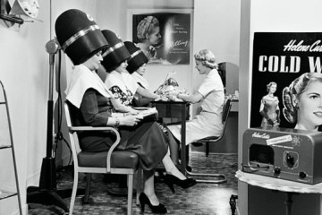 woman-drying-hair-at-salon-vintage-590bes102510_Fotor