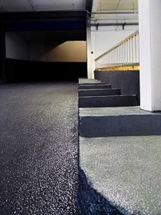 detalle rampa y escalera parking antideslizante anti patinaje con corindón abrasivo y resistente by impapol resin barcelona