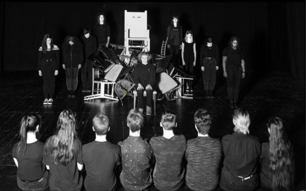 Chant public devant deux chaises électriques