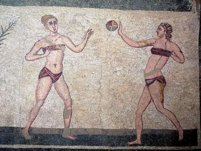 Mujeres deportistas vistiendo un subligar y un strophium.