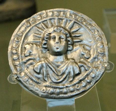 Repoussé del dios Sol Invictus del siglo III. En los nombres de los días de la semana remplazaba al domingo.