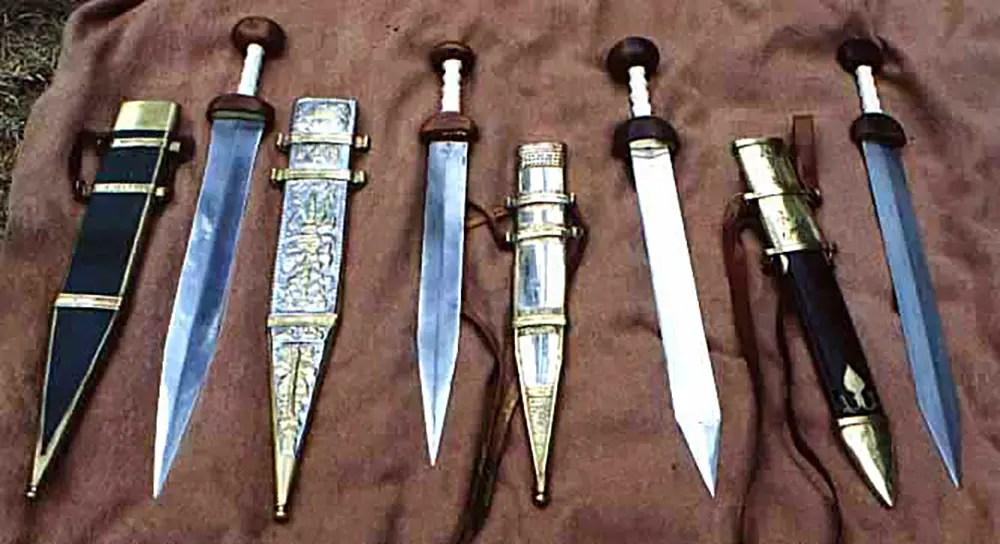 Various tipos de espadas gladius sobre una manta.
