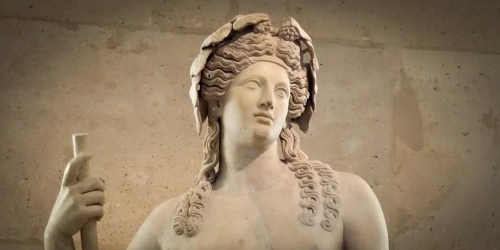 Estatua de Dionisio con una corona.