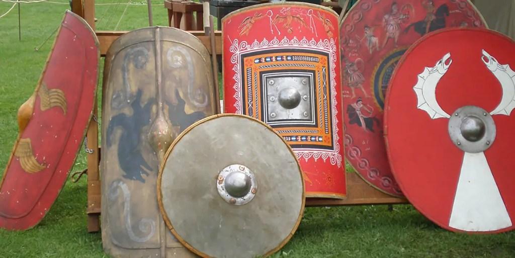 Varios escudos de Roma.