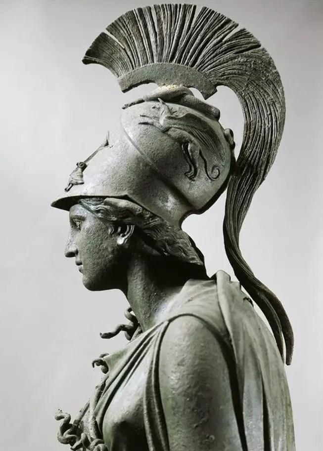 Detalle de una estatua de Atenea en bronce.