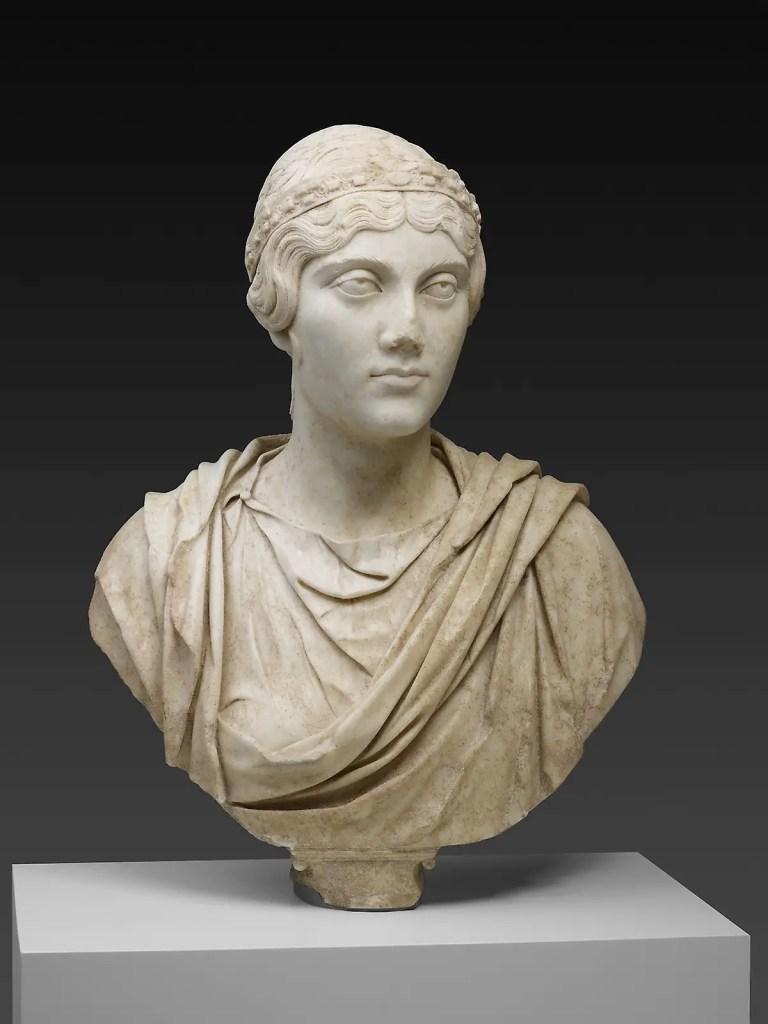 Fotografía del busto de una mujer romana.