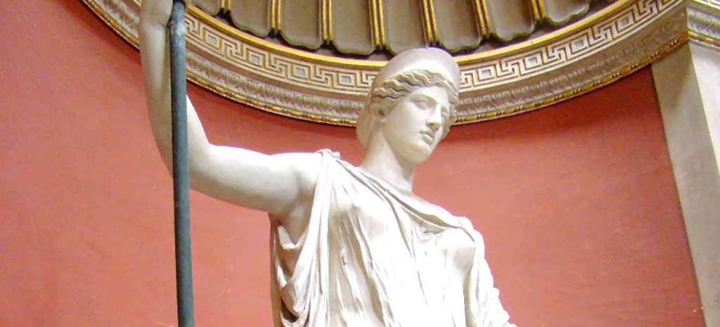 Estatua de la diosa Hera con su corona el Polos.