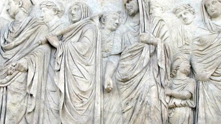 Relieve con los distintos tipos de vestimentas romanas. Vemos las distintas prendas de vestir.