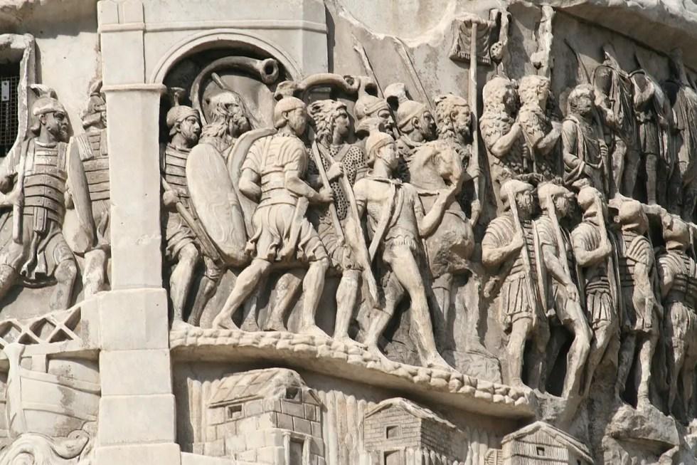 Conjunto de varios legionarios vistiendo la lorica segmentata en la columna de Marco Aurelio.