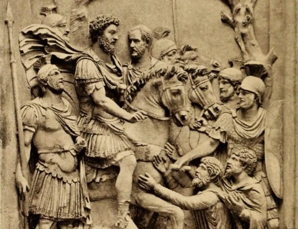 Relieve de Marco Aurelio escoltado por sus guardias.