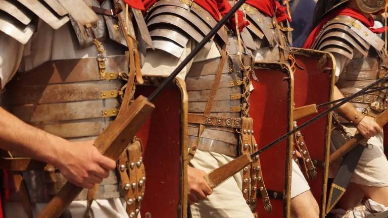 Legionarios romanos marchando.
