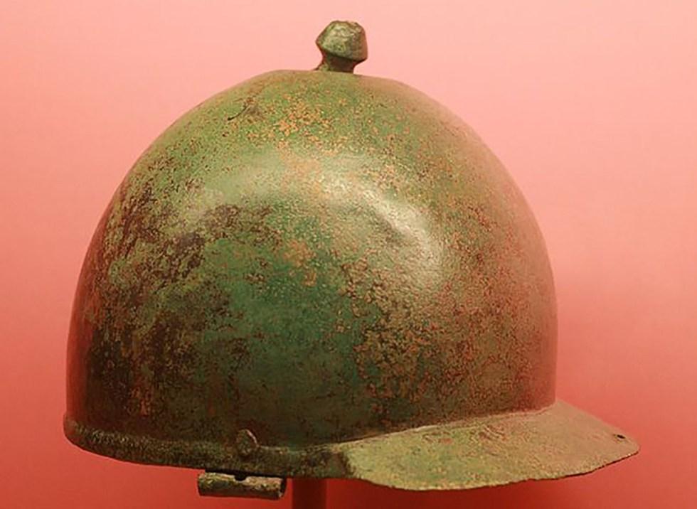 Galea romana del estilo Montefortino utilizada por los ejércitos de la República romana.