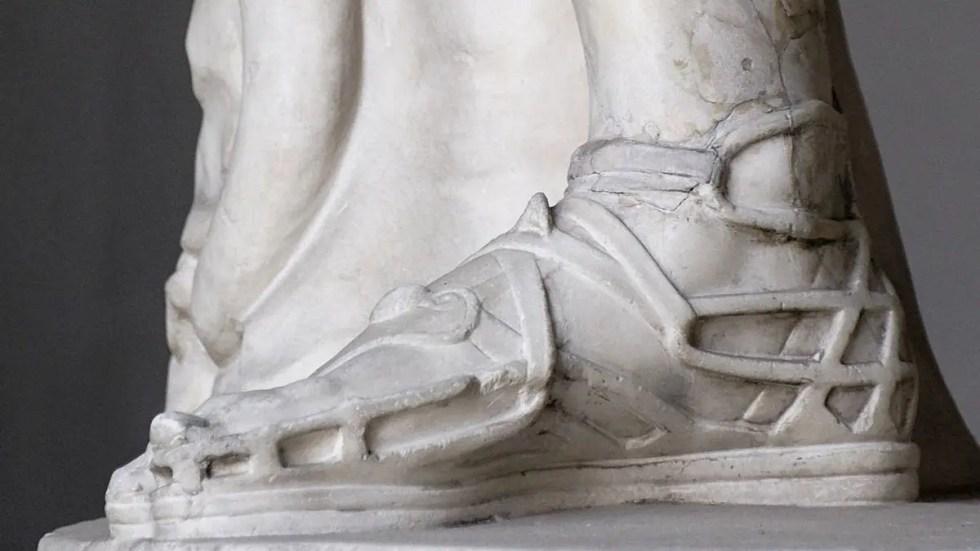 Escultura de un par de sandalias romanas del tipo crepida vestidas por el Apolo de Balvedere.