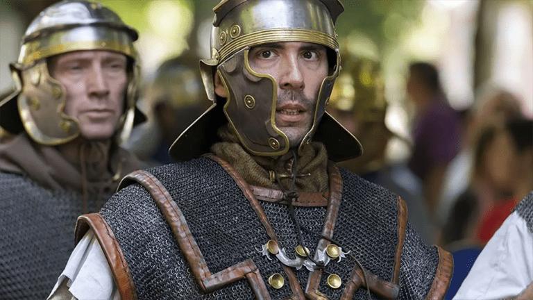Legionario romano vistiendo una armadura lorica hamata.