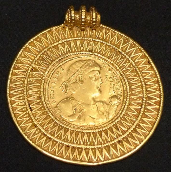 KHM_Wien_32.482_-_Valens_medal,_375-78_AD