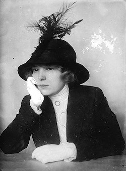 hat with feathers 1910