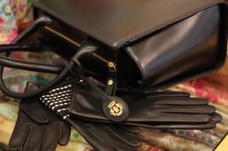 klassisches Schwarz, Tasche ziert eine Regina-Naht