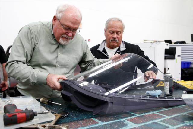 Izq-Der: Jeff Horton, líder de proyecto, y el Dr. Terry Trammell (FOTO: Joe Skibinski/IMS Photo)