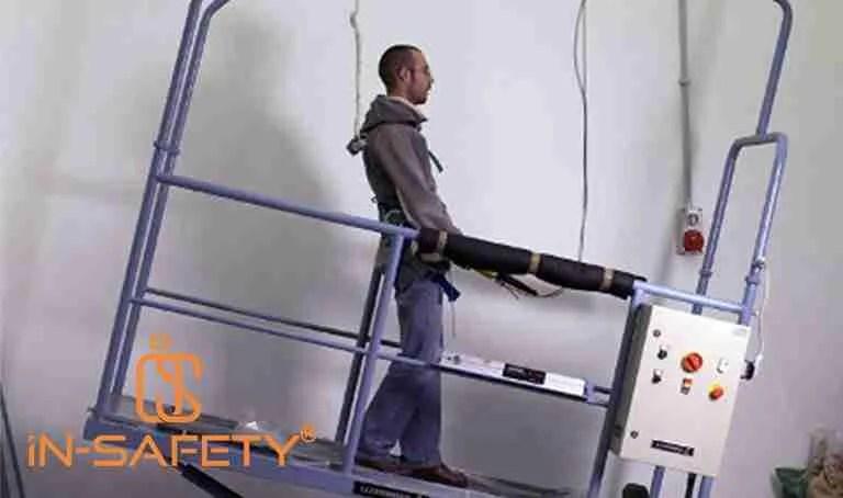 uomo su rampa inclinata in un laboratorio di test per antiscivolo