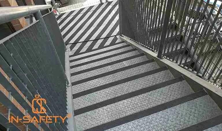 gradini e pianerottolo rifinito con trattamento antiscivolo su scala antincendio