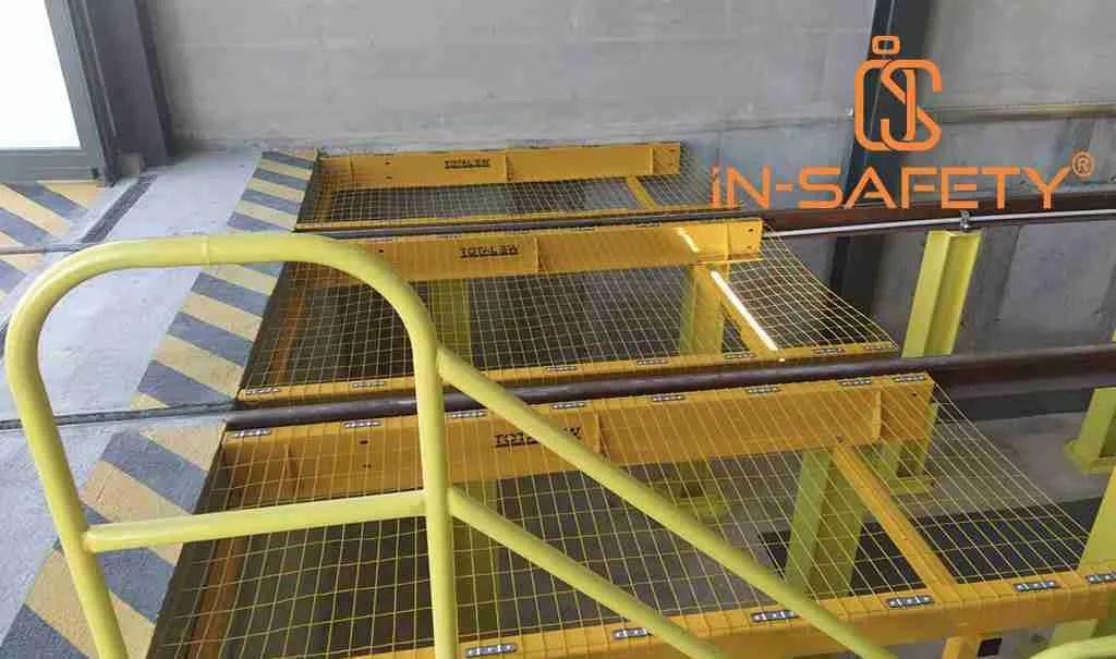 reti anticaduta metalliche da lucernario impiegate per la messa in sicurezza di fosse per la manutenzione di carrozze ferroviarie.