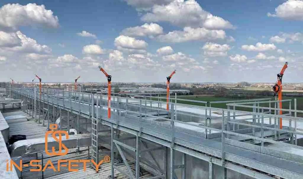 Vista della passerella centrale sulla copertura del magazzino automatico con tutti i DAVIT PRO-3 installati
