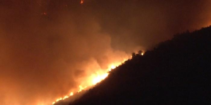 Συναγερμός από μεγάλη δασική πυρκαγιά κοντά σε οικισμό στο ...